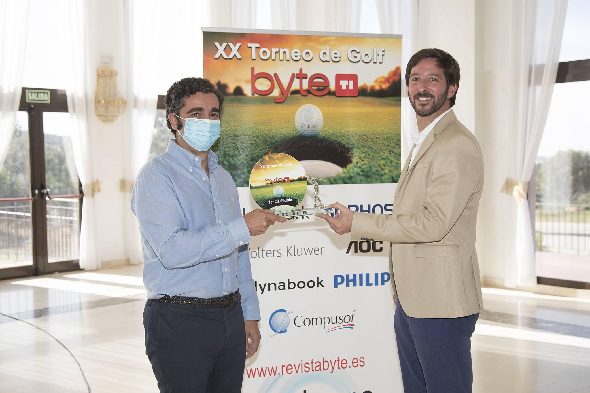 Moises Camarero, Director General Compusof, ganador Torneo de Golf Byte TI 2020. Entrega Nacho Sáez, Managing Director de MKM-PUblicaciones.