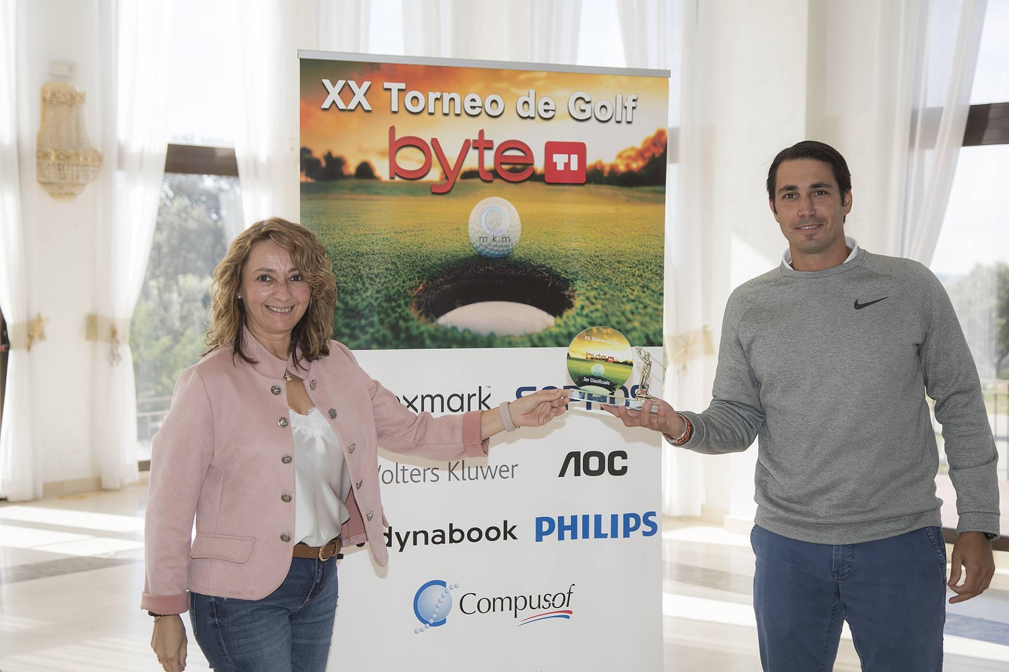 Carlos Galache, Business Account Manager de Epson  fue el  3º clasificado del XX Torneo de Golf Byte TI. Entregó el premio Isabel Gallego, directora de publicidad de Byte TI.