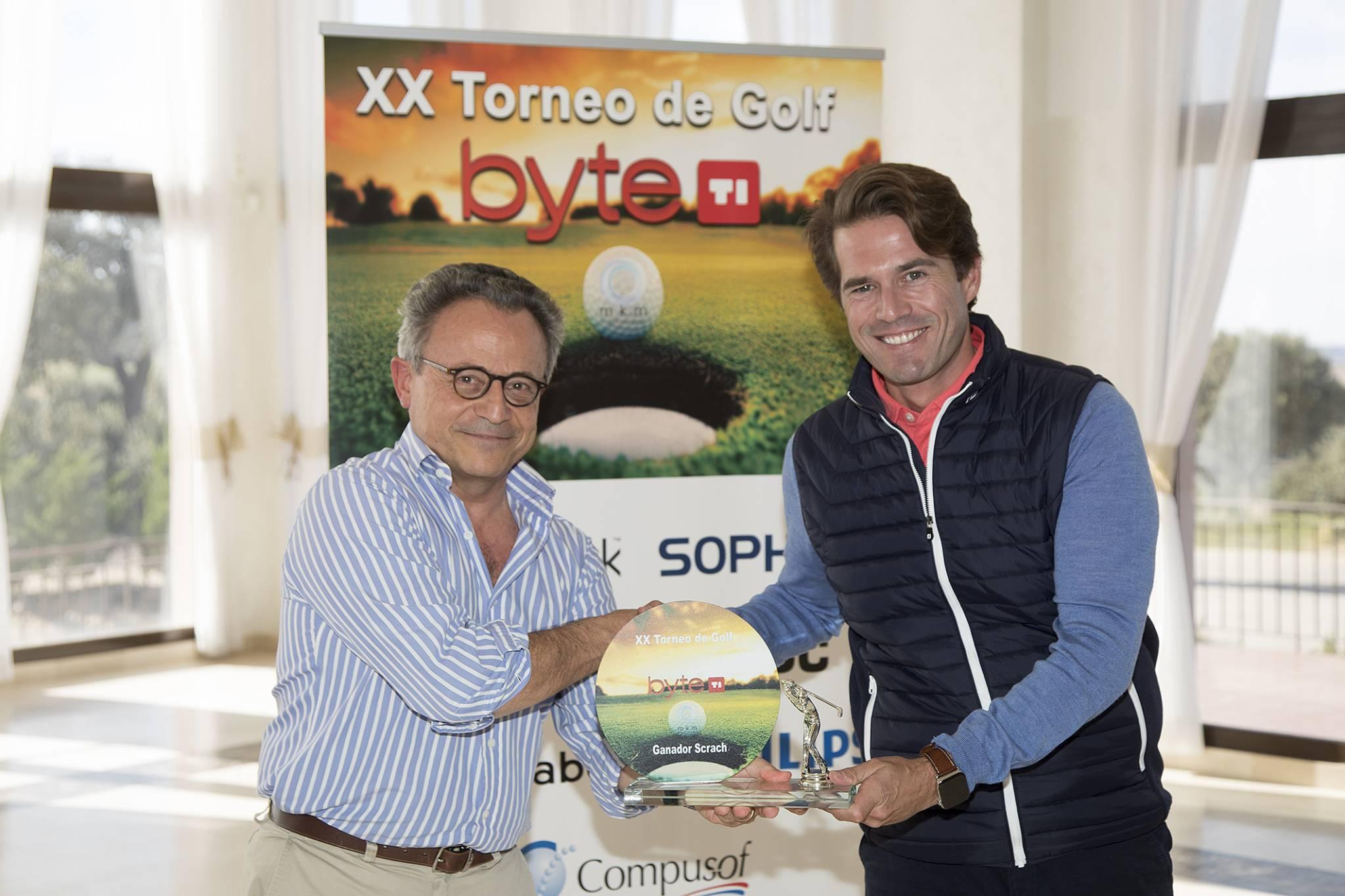 Iván Bergaz, Senior Partner de BM&Partners ganó los trofeos Scratch y Bola más cercana. Entregó el premio Fernando Jofre, colaborador de Byte TI.